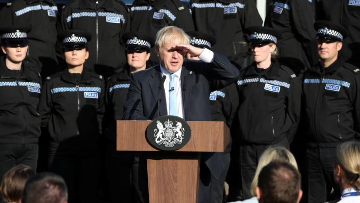 Boris Johnson spricht vor Polizisten in West Yorkshire