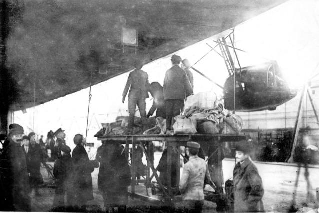 """Gepäckübernahme durch das Zeppelin-Luftschiff """"Bodensee"""", 1919"""
