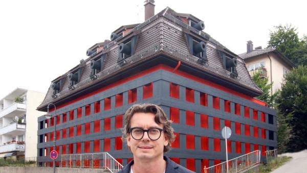 Andreas Sarow vor seinem verbarrikadiertem Haus; Blickfang an der Starnberger Hauptstraße