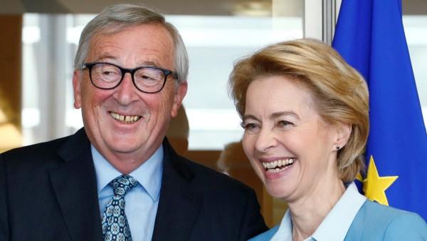 EU Commission President Juncker poses with EU Commission's president-designate von der Leyen in Brussels