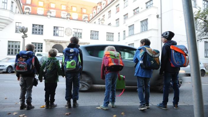 Schüler auf dem Weg zur Schule - die Grünen in München wollen den Weg sicherer machen, unter anderem durch Straßensperrungen.