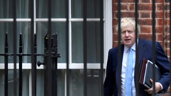 Boris Johnson vor Downing Street 10 in London