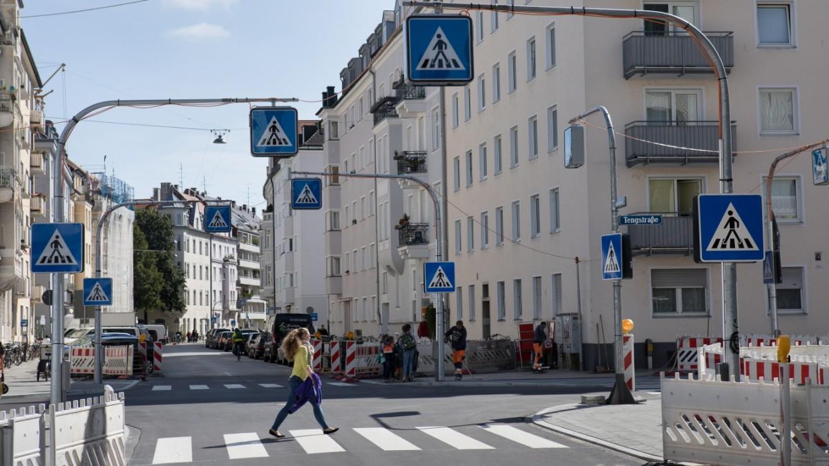 München: Eine Kreuzung mit 32 Zebrastreifen-Schildern