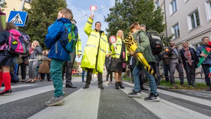 Bayerns Ministerpräsident Markus Söder als Schülerlotse an einer Münchner Schule