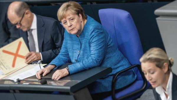 Bundestag - Angela Merkel auf der Regierungsbank