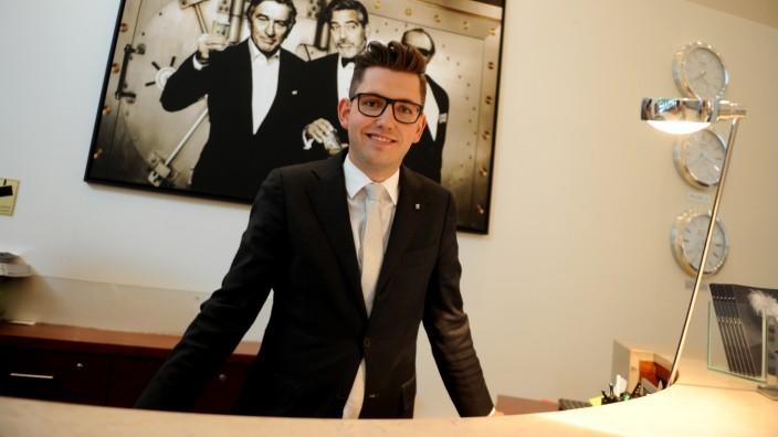 Nachtportier im The Charles Hotel: Leon Wertschulte bei seinem Dienst an der Rezeption.