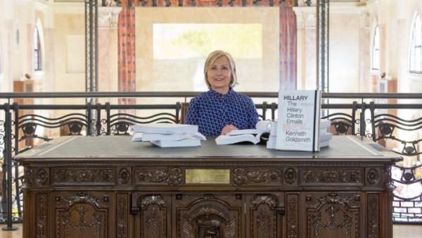 Hillary Clinton liest bei einer Ausstellung in Venedig in ihren E-Mails.