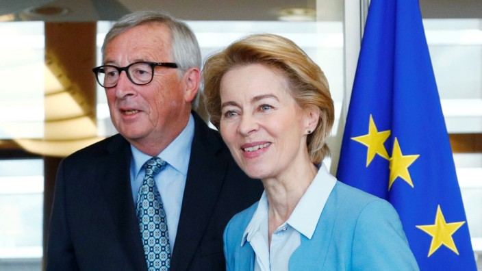 EU Commission President Juncker poses with EU Commission's president-designate von der Leyen in Brussels