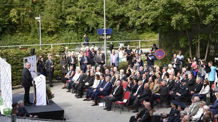 Zehn Jahre nachdem Dominik Brunner am S-Bahnhof in Solln zu Tode geprügelt wurde, werben die Redner auf seiner Gedenkfeier für Zivilcourage.