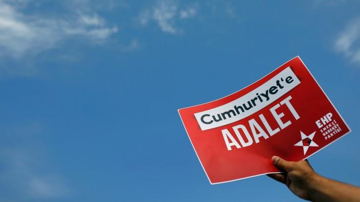 Prozess gegen 'Cumhuriyet' wird fortgesetzt