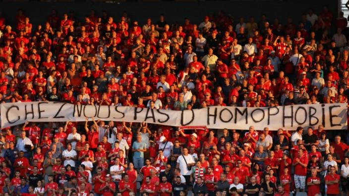 Homophobie im Fußball: Protest in Nimes gegen schwulenfeindliche Fans
