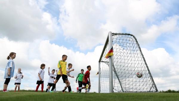 Schueler der Grundschule Otternhagen spielen in der Pruefstelle des Bundessortenamtes auf WM Rasen