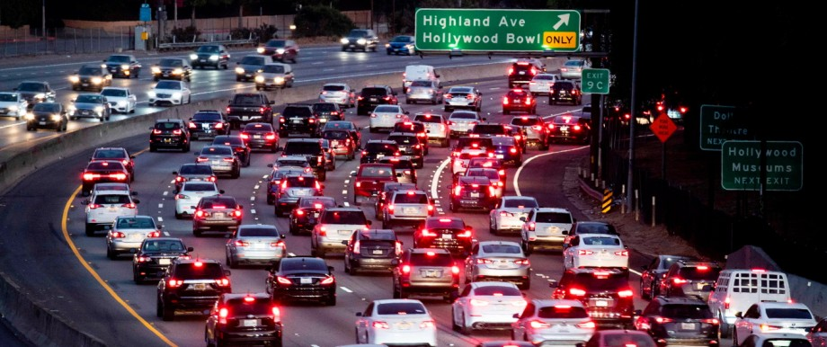 Kalifornien - Dichter Verkehr auf einem Highway in Los Angeles