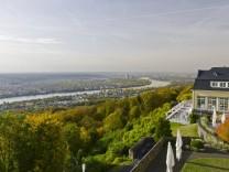 Vom Hotel Petersberg bei Bonn blickt man über das Rheintal.
