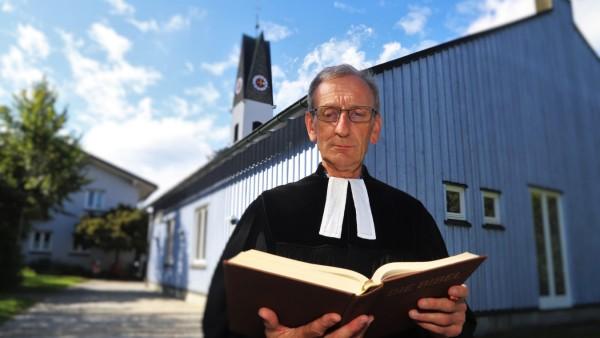 Ulrich Gampert, evangelischer Pfarrer, steht vor seiner Kirche. Seit Sommer 2018 genießt ein afghanischer Flüchtling bei ihm im Oberallgäu Kirchenasyl.