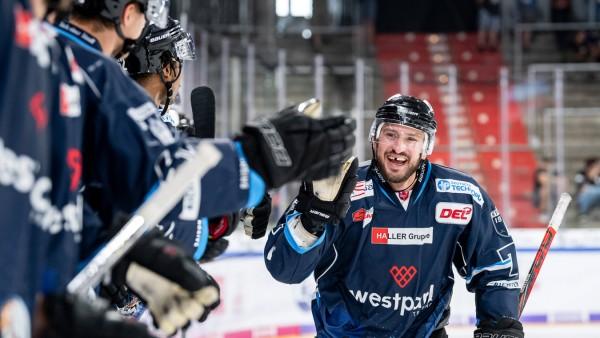 Sport Bilder des Tages Torjubel Travis Turnbull 71 Straubing Tigers HC Davos vs Straubing Tige; Eishockey - Straubing Tigers - Travis Turnbull