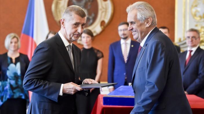 Prag Zeman ernennt Babis zum Premierminister Czech President Milos Zeman right appoints Andrej