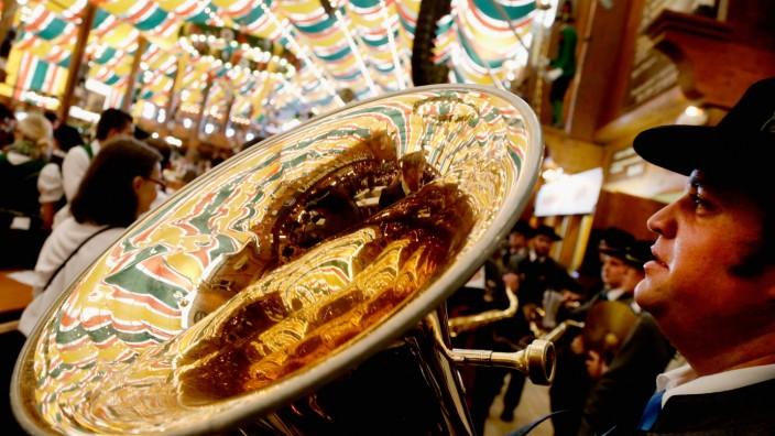 Oktoberfest-Musikanten spielen im Wiesn-Festzelt