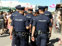 Bayerns Polizisten passt ihre Uniform nicht: Beamte im Einsatz auf dem Oktoberfest München