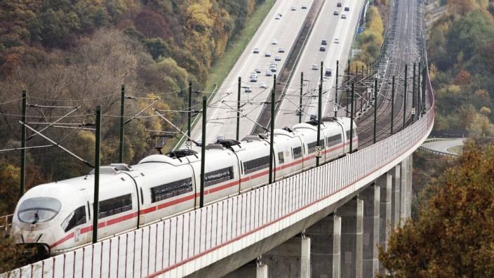 Bundesautobahn A3 neben der ICE Hochgeschwindigkeitstrasse Neustadt Wied 18 08 2019 *** Federal