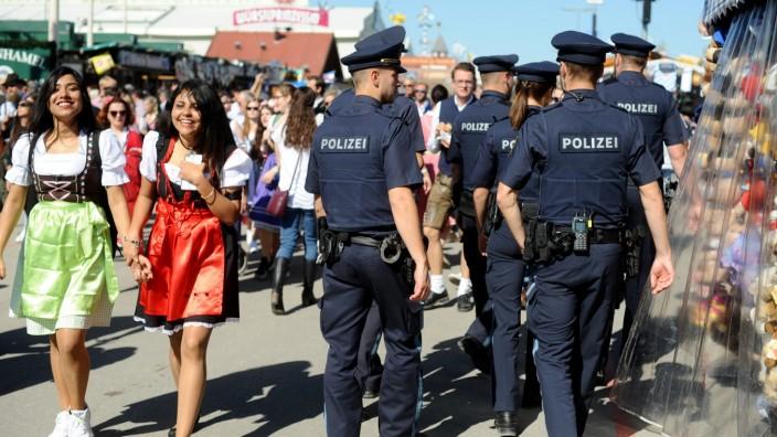 Polizeistreife auf dem Oktoberfest in München.