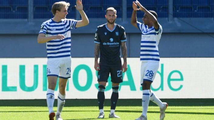 Torschuetze Vincent Vermeij ( links ) jubelt mit Yassin Ben Bella ( beide MSV Duisburg ) ueber seinen Treffer zum 1 : 1,