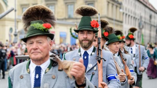 Schützen beim Umzug in München zum Oktoberfest