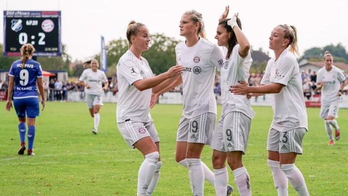 v.li.: Giulia Gwinn (FCB, 7), Carina Wenninger (FCB, 19), Torschützin Jovana Damnjanovic (FCB, 9), Mandy Islacker (FCB,