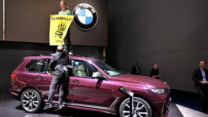 IAA 2019 - Eine Aktivistin demonstriert gegen SUVs