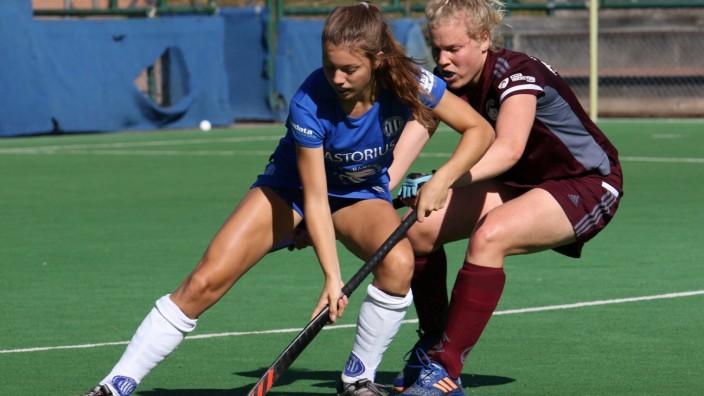 Feldhockey-Bundesliga der Damen: Lone Schneider (l.) vom Großflottbeker THGC im Duell mit Lea Gablac (r.) vom Münchner