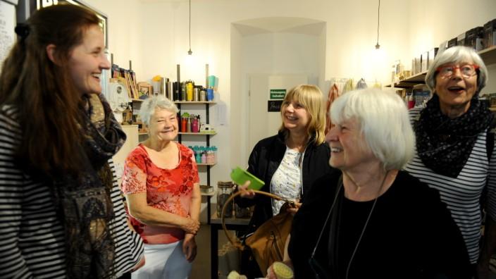 InhaberinHannah Sartin (links) erklärt den interessierten Seniorinnen das Konzept ihres Ladens.