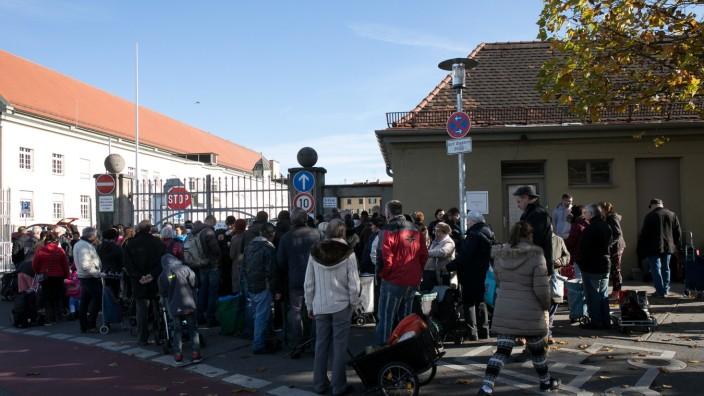 Bedürftige warten auf die kostenlose Ausgabe von Lebensmittelnam Westtor der Großmarkthalle an der Thalkirchner Straße.