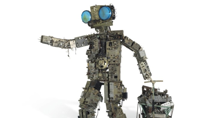Eine Roboter-ähnliche Figur aus Metallteilen.