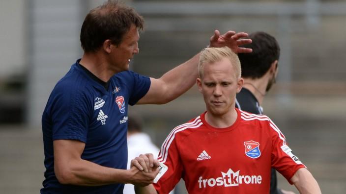 v li Trainer Claus Schromm Unterhaching herzt Sascha Bigalke Unterhaching 21 bei dessen Auswe