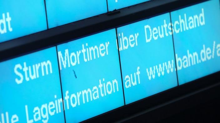 "Sturm ""Mortimer"": Anzeigetafel am Hauptbahnhof Hamburg"
