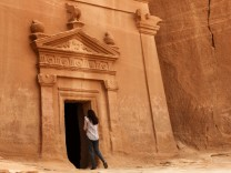 Touristin in Madain Saleh Unesco - Saudi-Arabien Touristen Visa Urlauber