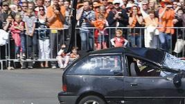 Autofahrer rast in Königinnen-Parade, dpa