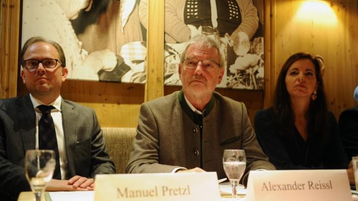 Alexander Reissl auf der Pressekonferenz zu seinem Wechsel mit Manuel Pretzl und Kristina Frank