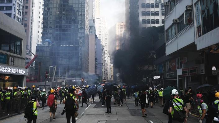 Proteste in Hongkong - Polizei schiesst jugendlichen Demonstranten nieder