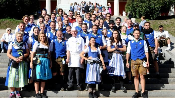 Die Oktoberfest-Bedienungen und Kellner aus Eichstätt vor der Bavaria auf der Theresienwiese.