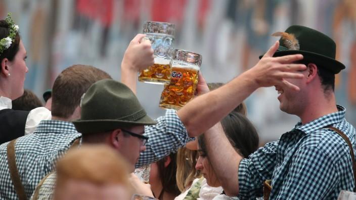 Zwei Männer prosten sich auf dem Oktoberfest in München zu.