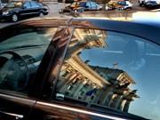 Spartipps für Berlin für Millionäre und Geizige Spartipps für die Städtereise, Reichstag spiegelt sich im Fenster einer Limousine, dpa