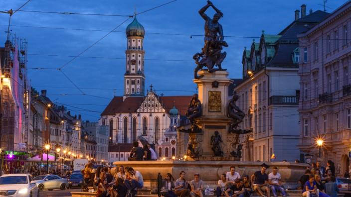 Maximilianstraße mit dem Herkulesbrunnen und die Basilika St Ulrich und Afra in Augsburg Schwaben