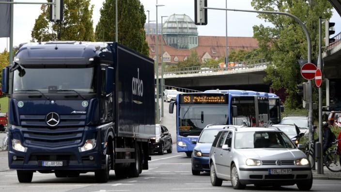 Wie hier an der Abfahrtsrampe von der Donnersbergerbrücke zur Arnulfstraße stehen Linienbusse bisher oft im Stau.