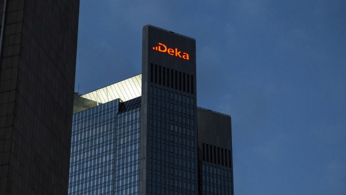 Deka Bank Logo am Trianon Hochhaus in Frankfurt am Main am Abend *** Deka Bank logo at the Trianon h