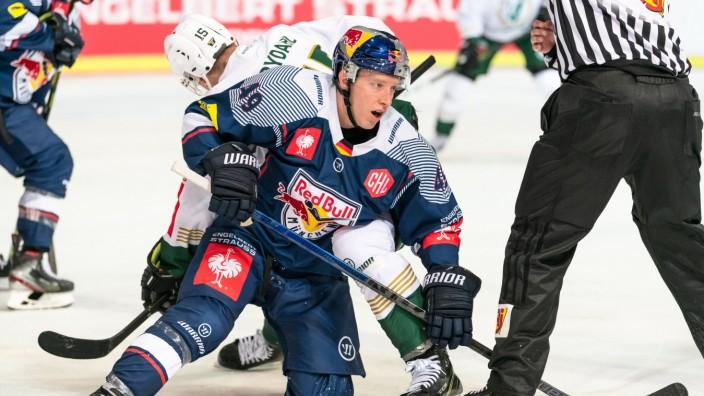Mark Voakes (EHC Red Bull Muenchen) und Gustav Rydahl (Faerjestad BK Karlstad) im CHL-Gruppenspiel EHC Red Bull Muenchen; Eishockey