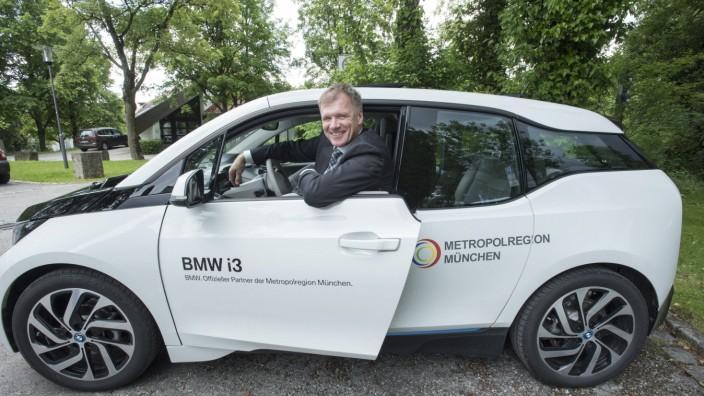 Oberhaching, Rathaus, Übergabe BMW i3 an Bürgermeister Schelle
