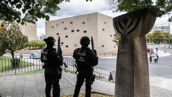 Polizei bewacht nach Schüssen in Halle Synagoge in Dresden