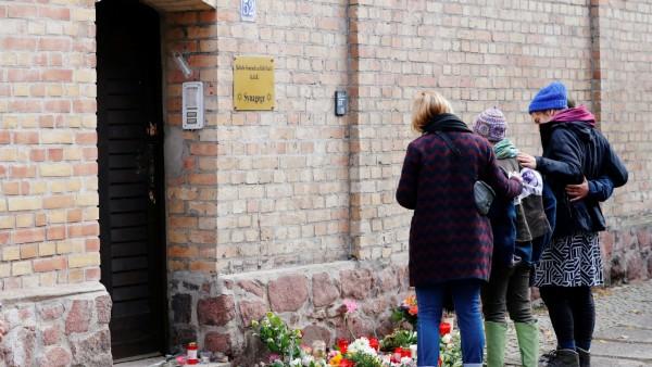 Halle an der Saale: Menschen trauern nach einem rechtsradikalen Anschlag vor einer Synagoge