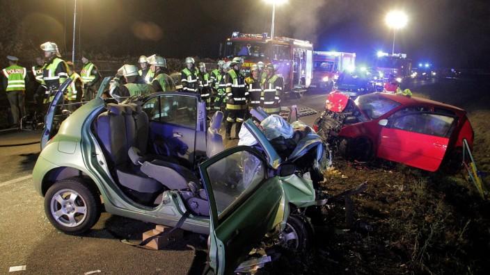 Die Unfallstelle auf der Bundesstraße. Beim Zusammenstoß starben zwei junge Frauen, zwei weitere wurden schwer verletzt.